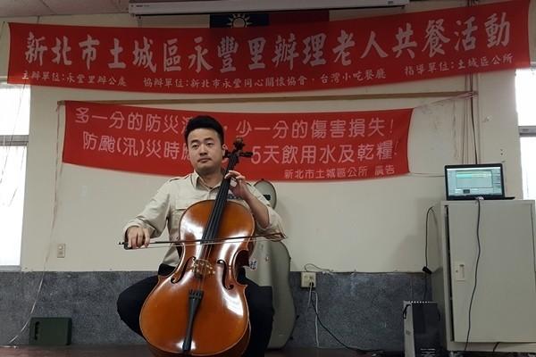 替代役李建樺也會在老人共餐的活動上表演樂曲。(圖由新北市土城區公所提供)