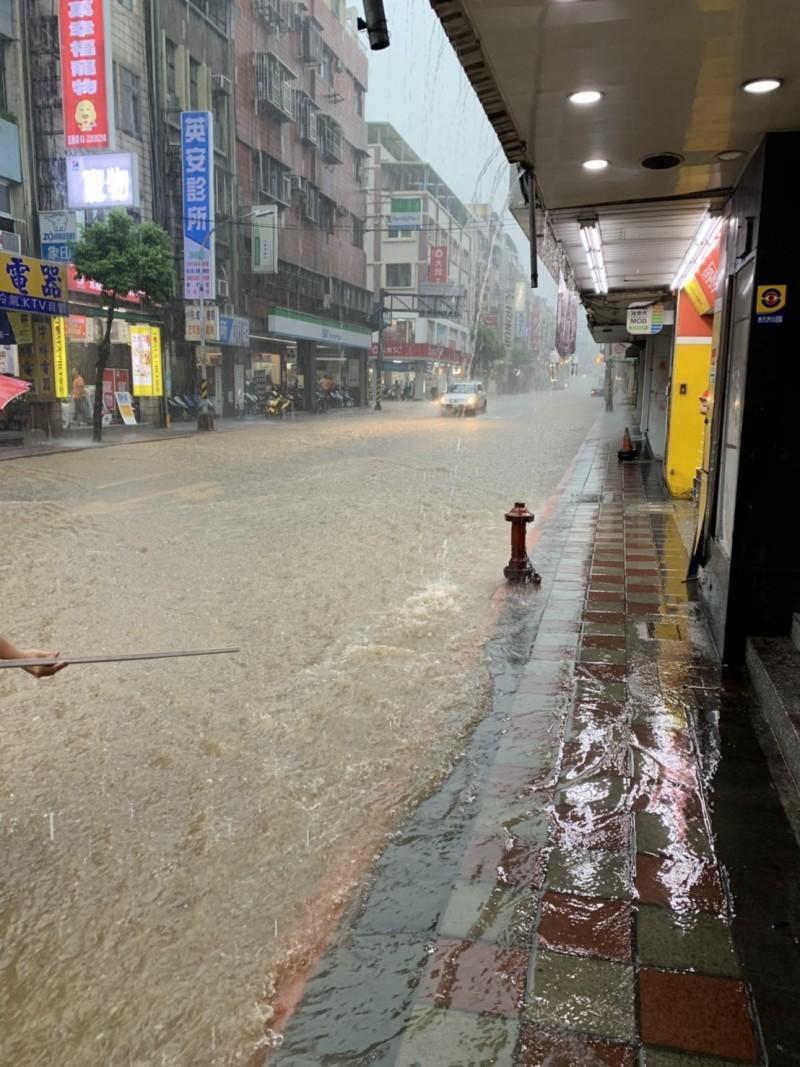 新北市降下大雨,市區工商路出現長100公尺、寬6m公尺、深24公分達小腿的深度。(記者吳仁捷翻攝)