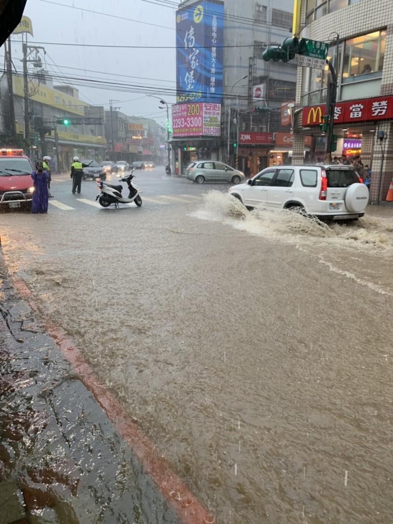 新北市降下大雨,市區工商路出現長100公尺、 寬6m公尺、深24公分達小腿的深度。(記者吳仁捷翻攝)