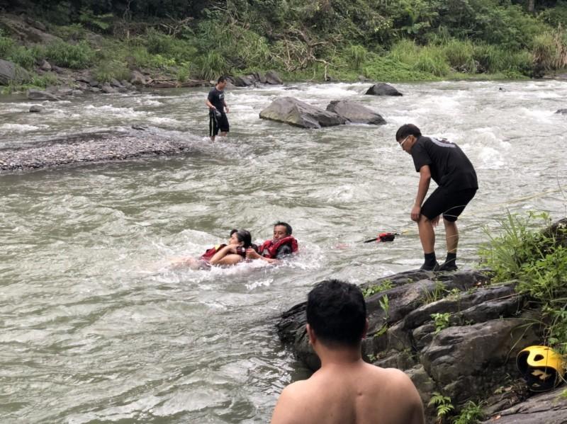 消防人員涉水將宋女救上岸。(記者徐聖倫翻攝)