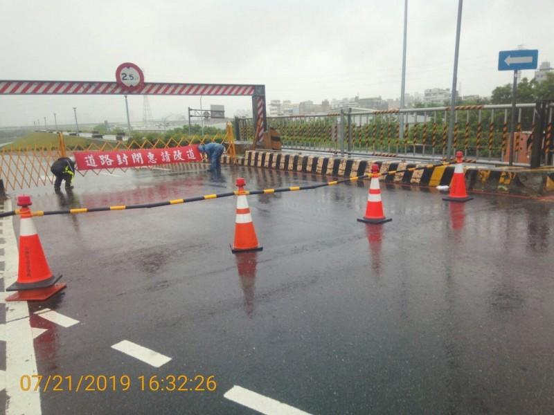 二重疏洪道有淹積水情形,疏洪十路已封閉。(圖由新北高灘處提供)