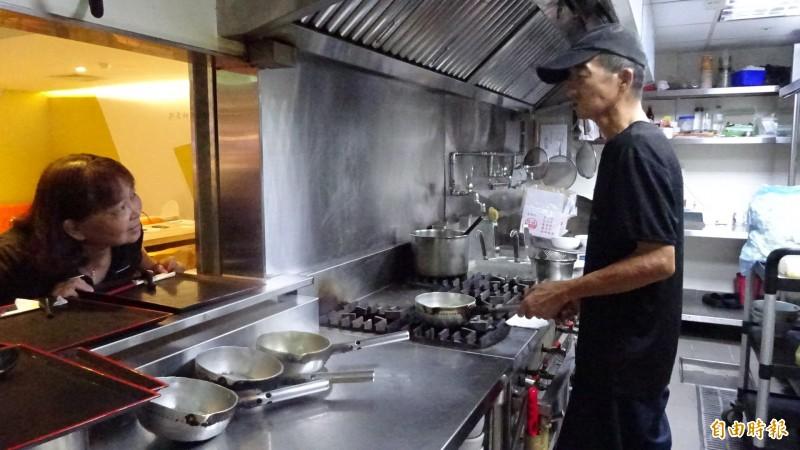 中重度聽障廚師林坤海經「職務再設計」重拾聽力,穩定就業力。(記者蘇孟娟攝)