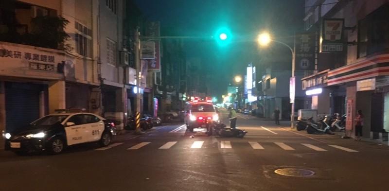 宜蘭縣興東路、林場路口,今天清晨一輛停等紅綠燈的機車騎士被撞,肇事者逃逸,救護車到場救援。(記者江志雄翻攝)