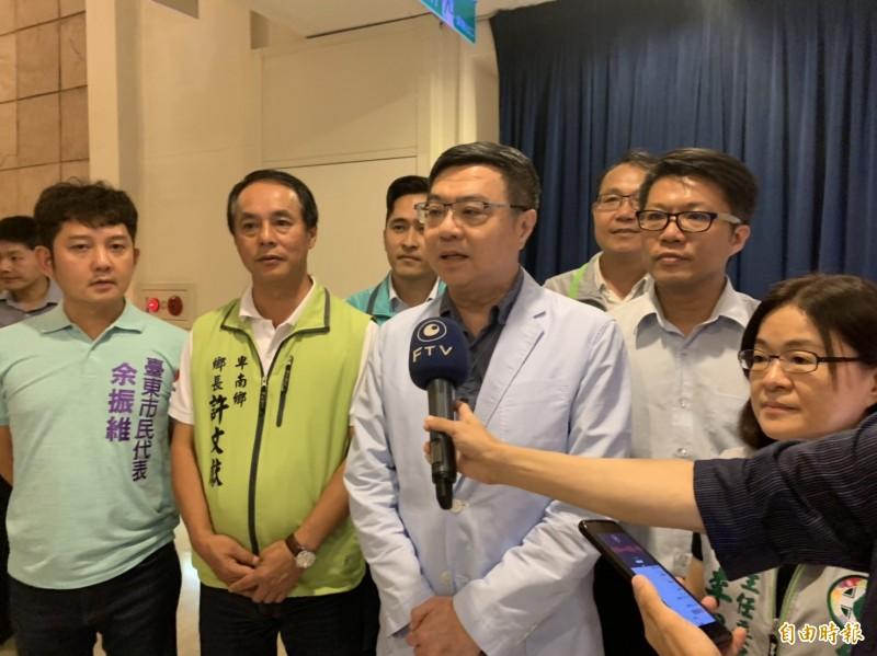 民進黨主席卓榮泰(第一排左三)為2020選戰,將「DPP姊妹幫回娘家」選在台東起跑。(記者王秀亭攝)