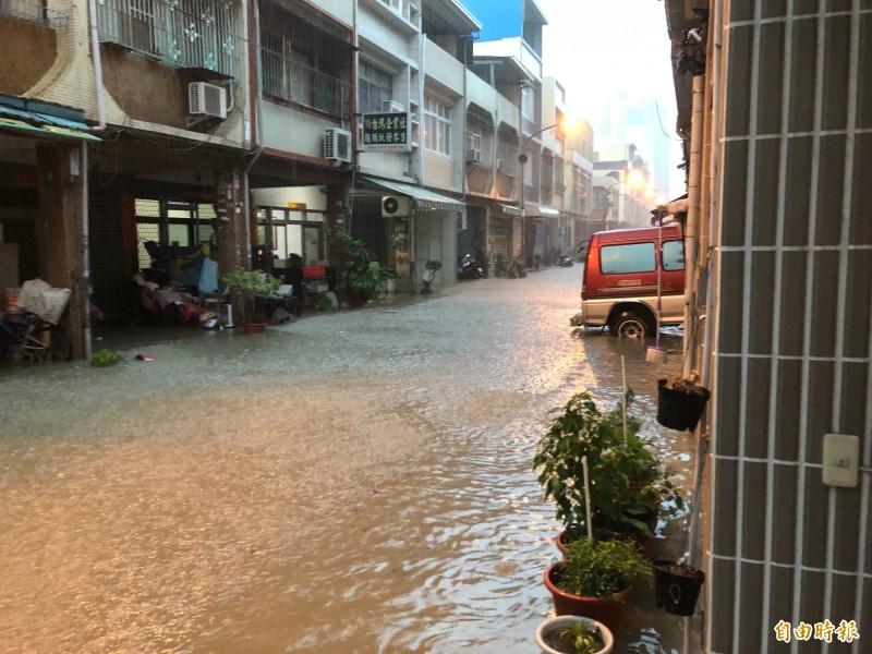 鳳山忠孝里鐵道邊住家七一九淹大水,豪雨挾帶泥沙成為滾滾黃水。(記者陳文嬋攝)
