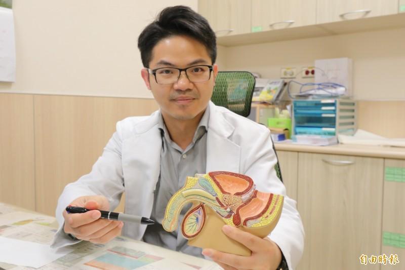 亞大醫院男性性功能中心主任邱鴻傑指出手術位置,並表示,割包皮對尺寸的影響不大,但可避免感染(記者蘇金鳳攝)
