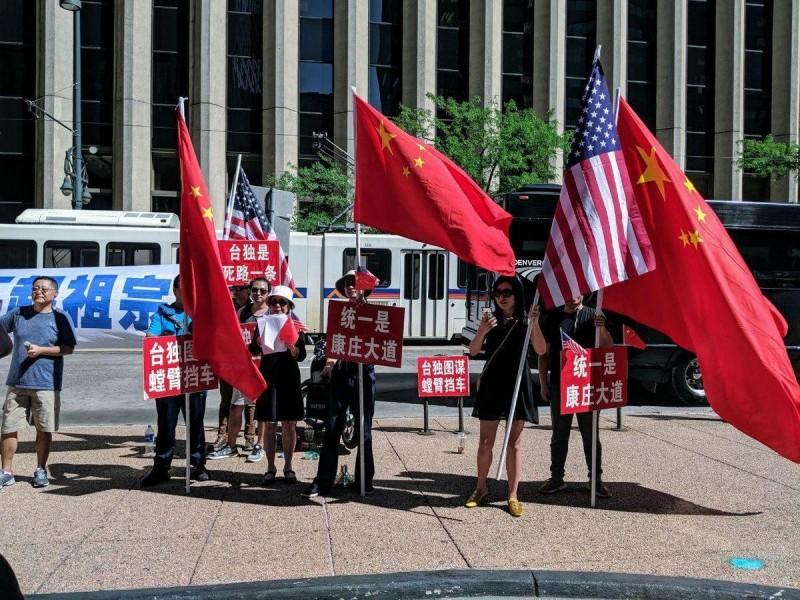 外交部長吳釗燮除了在推特上關切香港情勢,昨也上傳過境美國時抗議蔡總統的中國群眾照片,並嘲諷說,「言論自由很好吧?難道不是每個人都應擁有嗎?」(圖擷取自外交部推特)