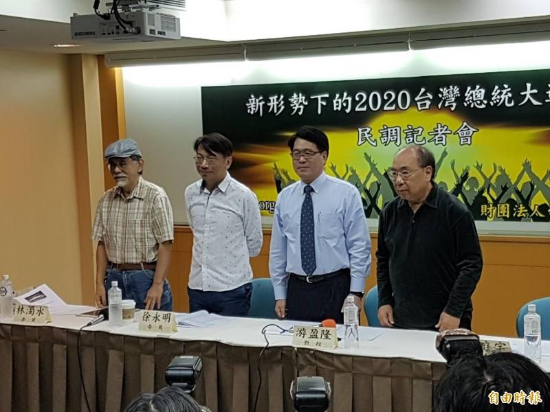 台灣民意基金會今民調發表會,由基金會董事長游盈隆(右2)主講,並邀請丁庭宇(右1)、林濁水(左1)、徐永明(左2)等知名學者專家與談。(記者謝君臨攝)
