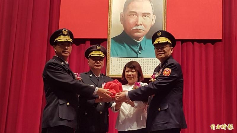 嘉義市長黃敏惠(右二)主持新卸任警察局長交接典禮,新任警察局長由張樹德(右一)接任。(記者丁偉杰攝)