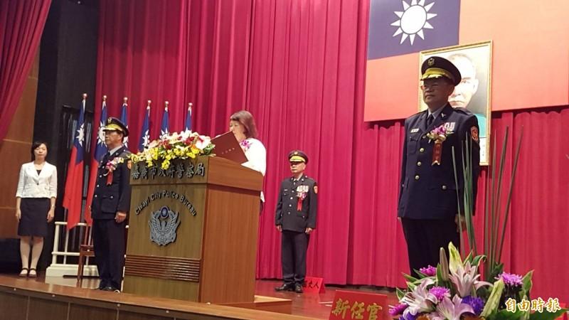嘉義市警察局新卸任局長交接典禮,今天上午在市警局大禮堂舉行。(記者丁偉杰攝)