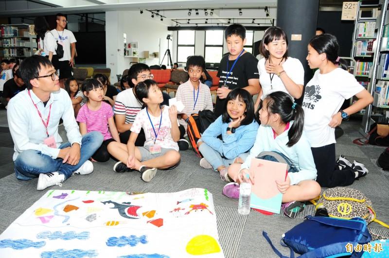 靜宜大學舉辦「第五屆暑期創意閱讀營」,學生組隊討論,夜宿靜宜大學圖書館。(記者歐素美攝)