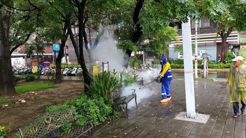 防疫人員在南市東區巴克禮公園噴藥防疫。(記者王俊忠翻攝)