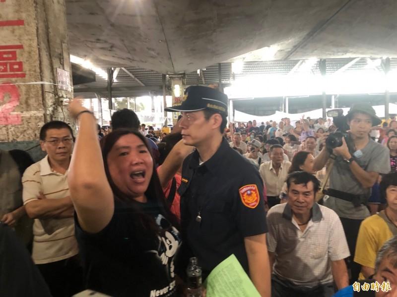 市場處辦理中繼市場抽籤,攤商不滿到場抗議。(記者郭安家攝)