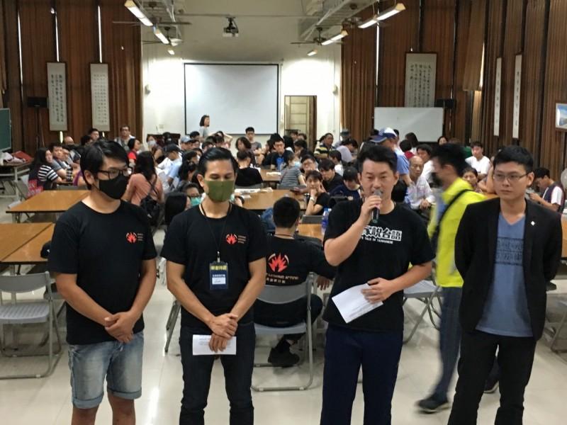 台灣基進訓練罷韓活動的志工,前排右二為台灣基進發言人陳柏惟。(取自台灣基進臉書)