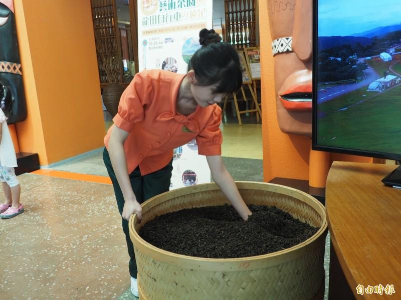 飯店員工要不時翻動烘茶機裡的茶葉,使大廳茶香四溢。(記者王秀亭攝)