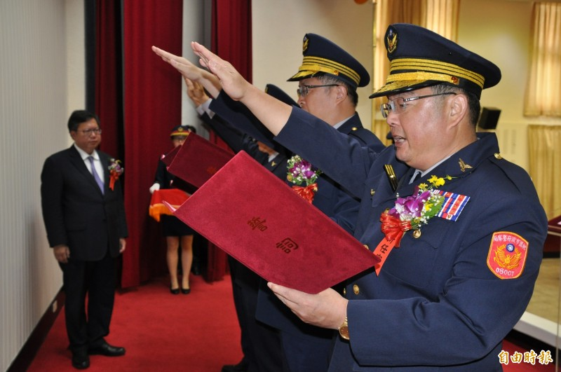 桃園市長鄭文燦(左一)主持「新任分局長、大隊長聯合交接典禮」。(記者周敏鴻攝)