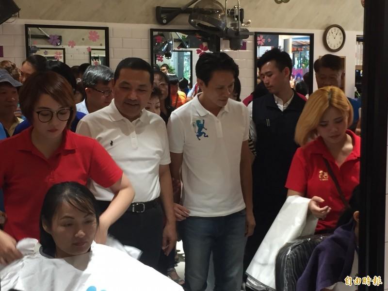 黃小姐(座位者)帶著3個小朋友一起來捐髮做公益。(記者邱書昱攝)