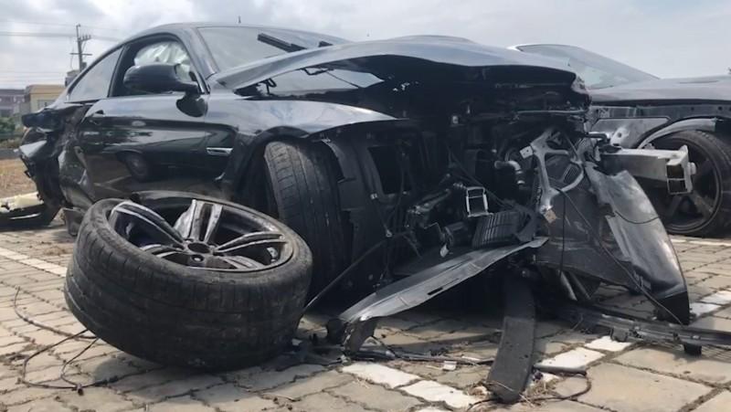 彰化伸港濱二路傳出飆車,黑車撞到車輪都噴飛。(記者劉曉欣翻攝)