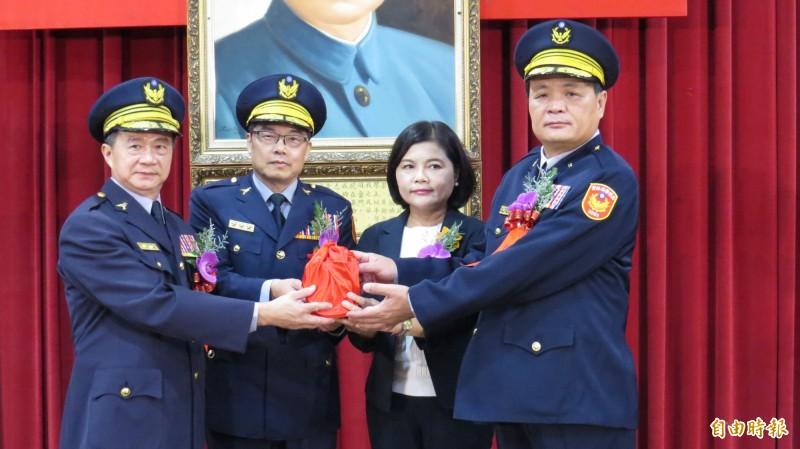 新任雲林縣警察局長顏旺盛(右一)從卸任局長黃勢清(左一)手中接過印信,走馬上任。(記者林國賢攝)
