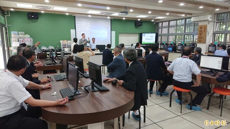 日本高校校長參訪團參觀虎尾高農自造實驗室,由虎尾高農校長李重毅解說。(記者廖淑玲攝)