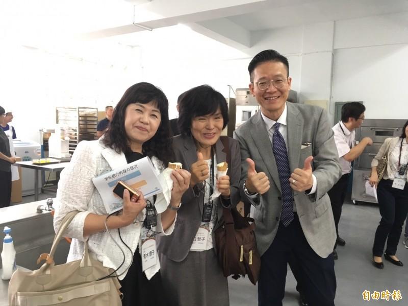 日本高校校長團品嚐學生烘焙的餅乾及自製霜淇淋,讓大家讚不絕口。(記者廖淑玲攝)