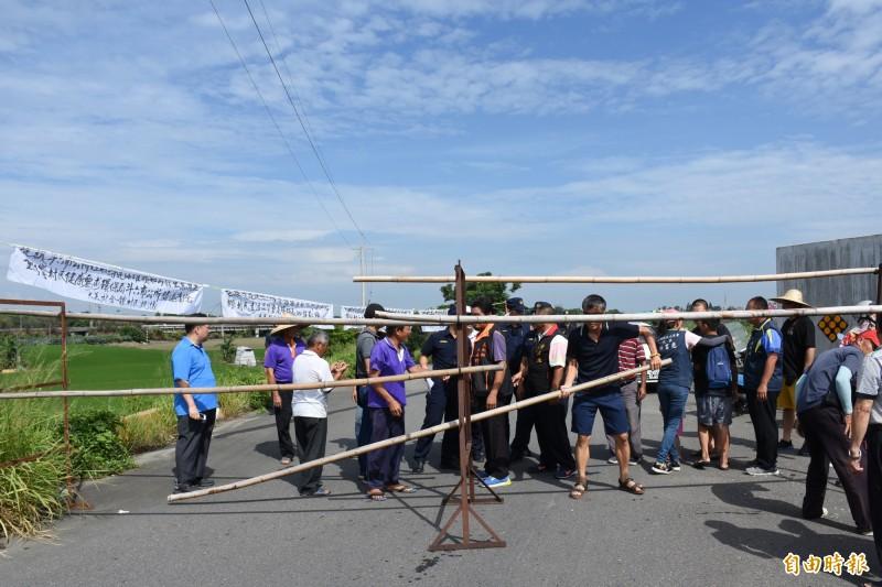 村民架設欄杆拒絕垃圾進場。(記者林國賢攝)