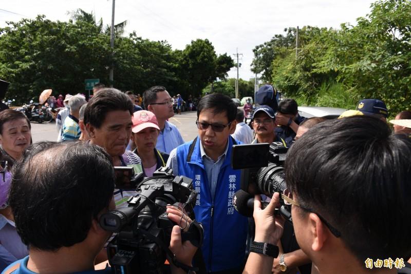 環保局長張喬維(藍背心者)承諾轉運站垃圾只出不進,暫時化解封路抗爭。(記者林國賢攝)