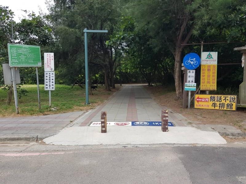 新竹市17公里自行車道已成民眾最常去的景點之一,但有業者竟在指標處豎立廣告招牌,經通報後,已要求業者拆除。(市府提供)