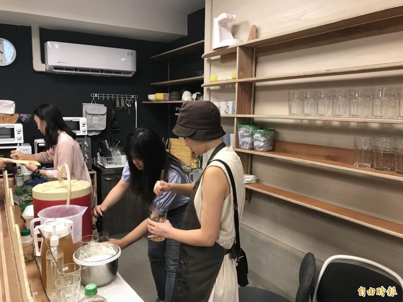 「重修舊好工作站」一樓有廚房與座位,供民眾享用奶蓋茶、咖哩飯等餐點。(記者蔡思培攝)