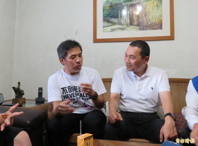 新北市長侯友宜(右)今天下午至泰山區訪視新北市模範父親代表,會後受訪談及印花稅取消議題。(記者陳心瑜攝)