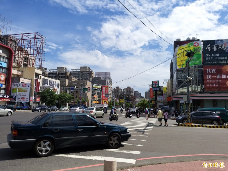 新竹縣竹北市民抱怨,行人欲穿越文興路,經常與自強南路右轉文興路的車潮發生衝突,害得許多路人不敢通行。(記者廖雪茹攝)