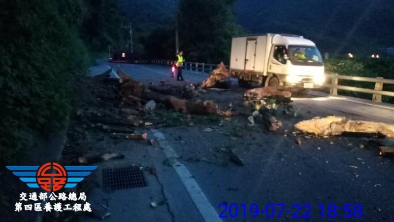 蘇花公路135.9公里處今晚發生落石,暫時實施單線雙向行車。(圖由公路總局提供)