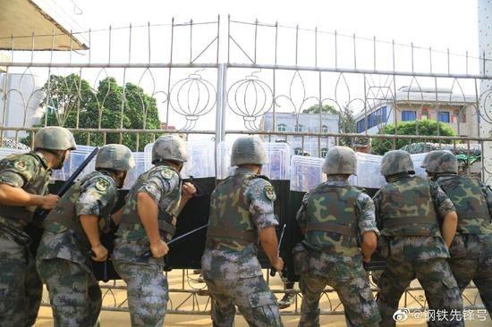 解放軍持盾進行演練。(微博截圖)