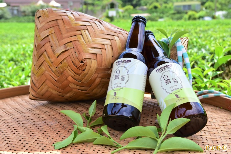冬山鄉茶農游正福,將白鷺紅茶與啤酒結合,小麥香結合茶葉果香味,用跨界合作方式,幫白鷺紅茶找出路。(記者張議晨攝)