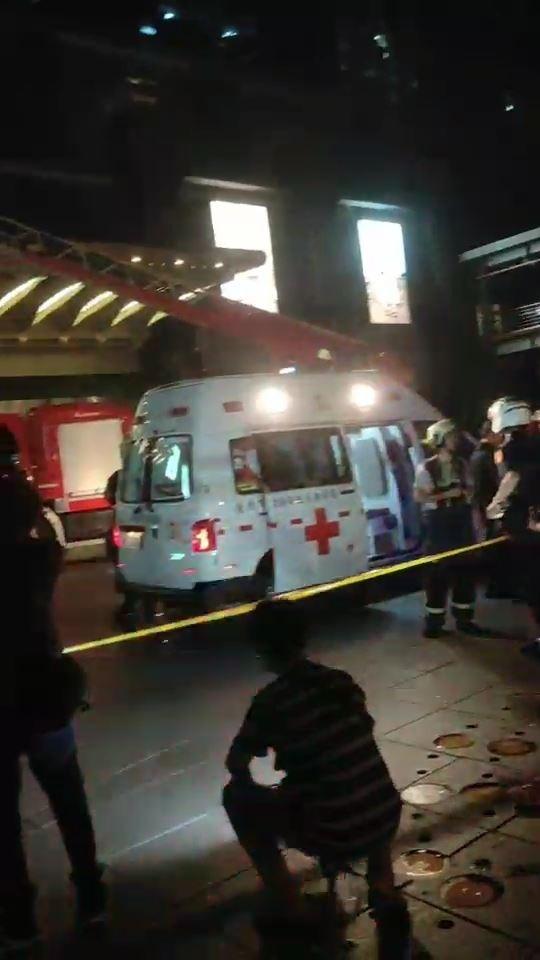 台北101發生工人墜落遮雨台意外,警消現場救援。(記者姚岳宏翻攝)