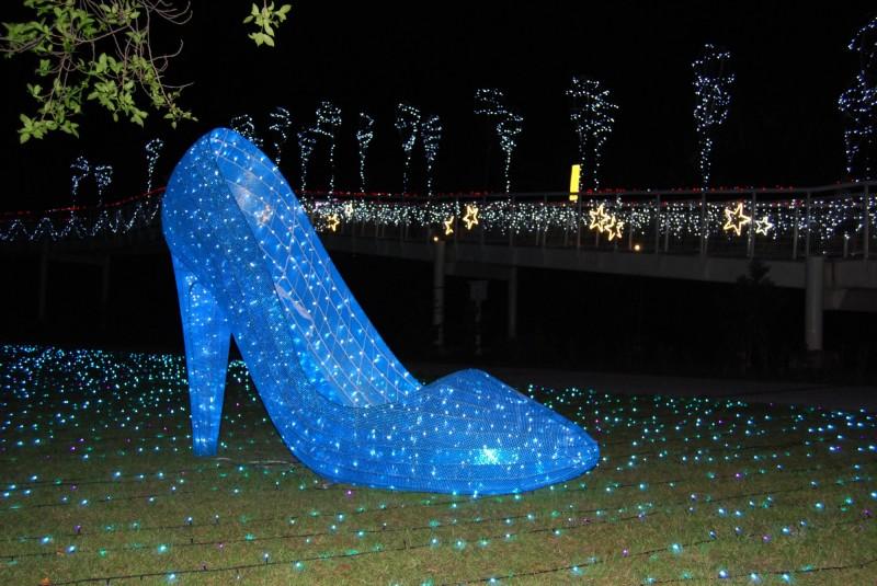 八卦山天空步道銀河光廊從入口意像的灰姑娘玻璃鞋,作為愛情故事的起頭。(圖市公所提供)