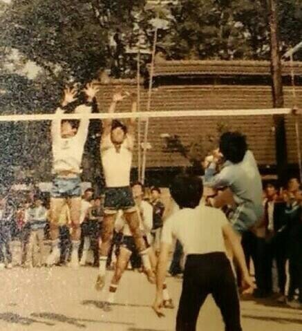 邱建富(左一)在學生時代是排球校隊的主將。(邱建富提供)