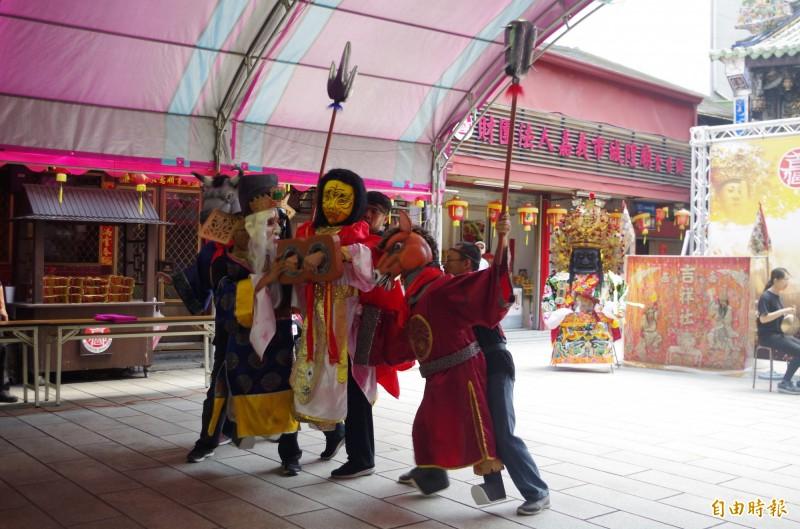 嘉義城隍廟農曆8月1日舉辦城隍夜巡,長藝閣掌中劇團以大型布袋戲演出城隍爺抓鬼的劇情。(記者王善嬿攝)