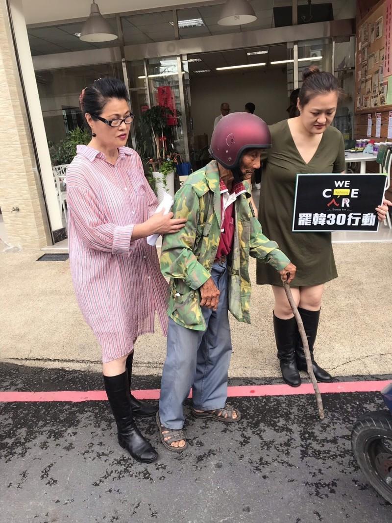 70幾歲行動不便的阿公拄著拐杖,由家人騎機車載來市議員高閔琳服務處填寫罷韓連署書。(高市議員高閔琳服務處提供)