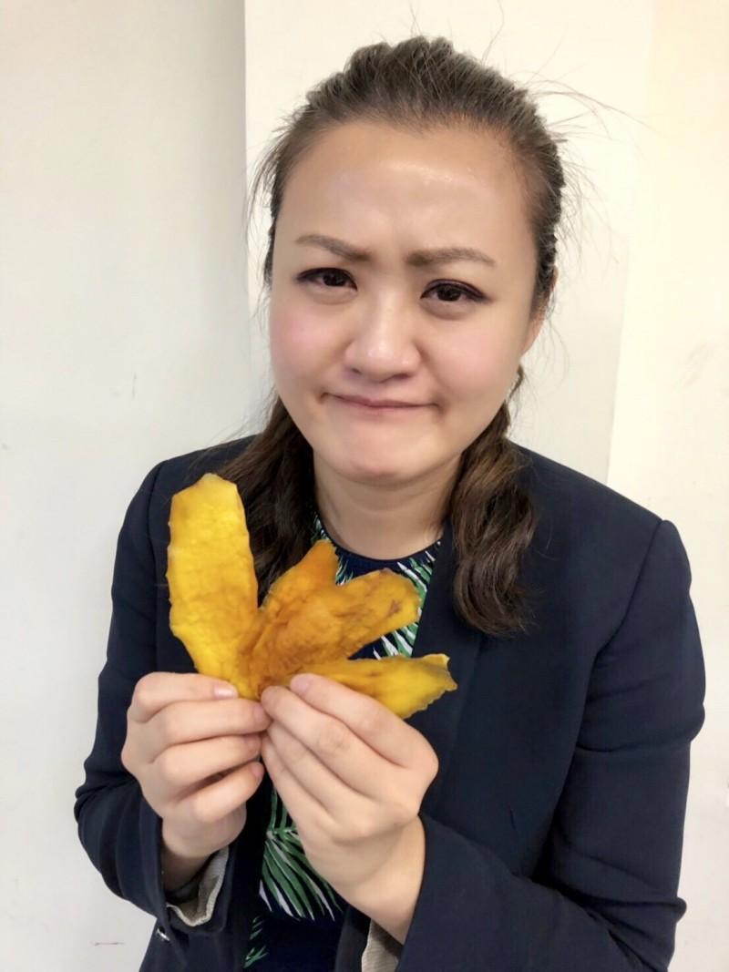 有民眾拿來自製的「芒果乾」,要與連署罷韓民眾分享,說「亡國感」很深,希望能喚起大家的危機意識,積極連署罷免韓國瑜。(高市議員高閔琳服務處提供)