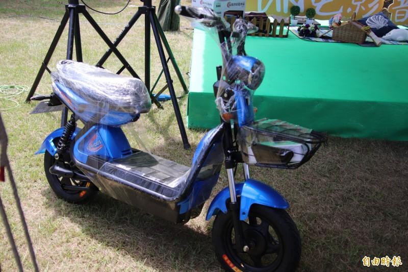 參加新竹縣竹北市今年的露天電影院活動,就有機會抽得如圖的電動機車。(記者黃美珠攝)