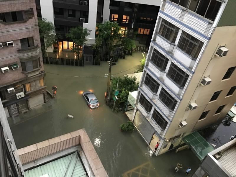 719水災正興里德山街與民族巷口淹水情況,有車輛涉水失敗拋錨。(圖:民眾提供)