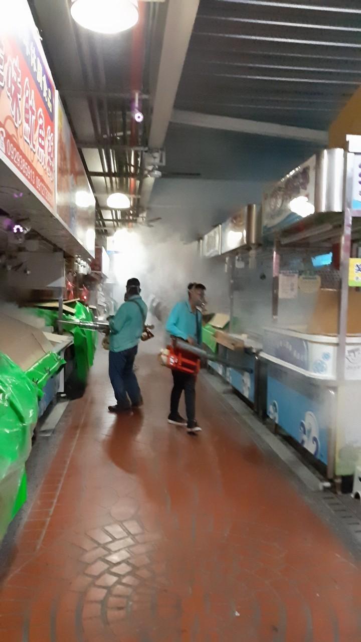 防疫人員到旗津觀光市場噴藥滅蚊。(記者黃旭磊翻攝)