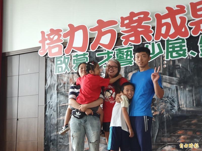 單親媽陳美齡與4名子女參加北台南家扶培力方案,今在成果發表會分享,哽咽地說,感謝家扶介入,改變了一家人的互動。(記者王涵平攝)