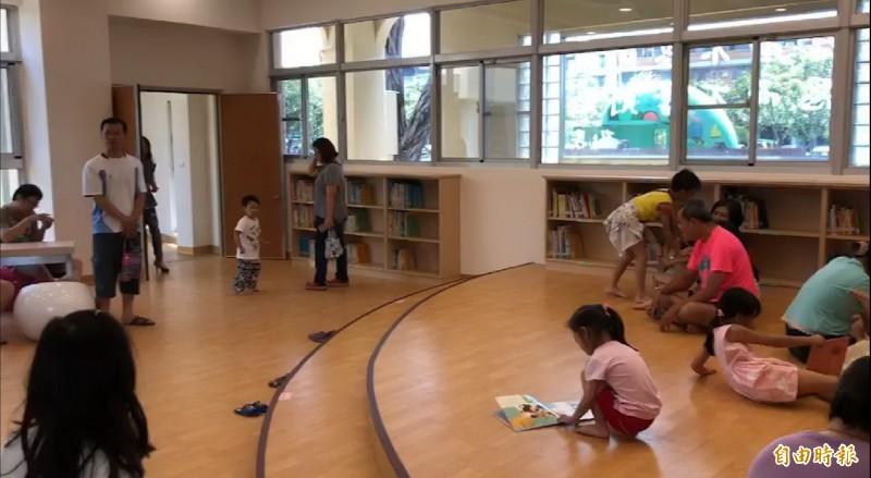 室內的親子閱讀環境,讓親子活動不受限。(記者葉永騫攝)