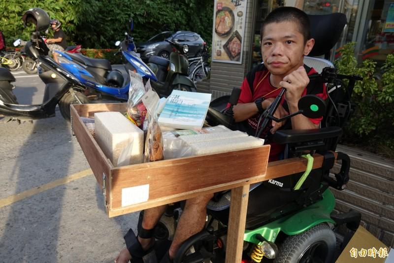 慢飛天使黃囿鈞賣自己的書、還有友善米與朋友家的產品。(記者劉曉欣攝)
