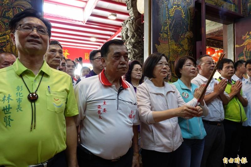 總統蔡英文今天到彰化福成宮參拜,全力回嗆國民黨的守護中華民國說法。(記者劉曉欣攝)