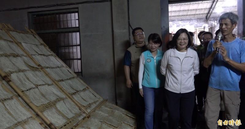 總統蔡英文今天到彰化芬園米粉工廠參觀。(記者劉曉欣攝)