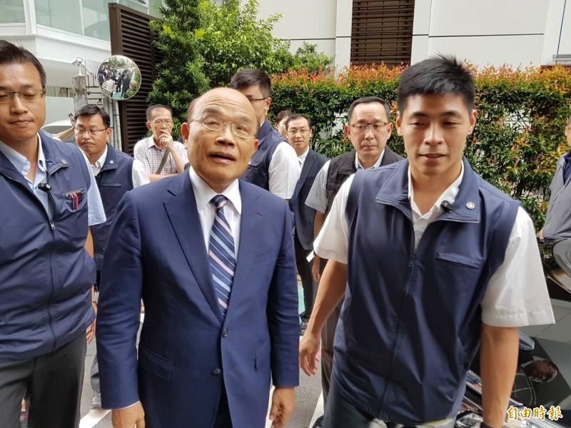 行政院長蘇貞昌(中)表示,高雄市長韓國瑜還是專心高雄登革熱疫情,專心照顧市民,不要喊一些口號。(記者謝君臨攝)