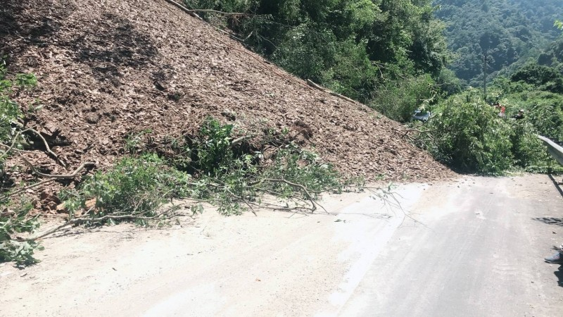 仁愛鄉台14線75.2公里近忠勇橋路段,近中午上邊坡無預坍塌,導致雙向交通受阻。(圖由仁愛分局提供)